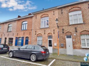 Volledig gerenoveerde woning in centrum van Brugge maar ook vlakbij de ring van Brugge. Omvattende inkom met gastentoilet, geinstaleerde keuken, woonk