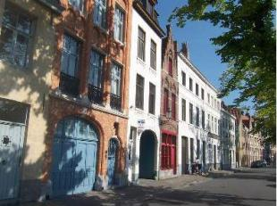 Stadswoning aan de Langerei van Brugge! Omvattende inkom, woon- en leefruimte, keuken, badkamer, twee slaapkamers en zolder.