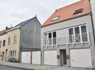 Deze nieuwbouwwoning nabij het centrum van Blankenberge. Omvattende inkom, garage, toilet, berging en tuin. Het eerste verdiep omvat een woonkamer en
