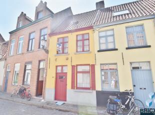 Gezellige gezinswoning in het centrum van Brugge! Omvattende woonkamer, open keuken, berging, badkamer en twee slaapkamers.