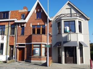 Ruime gezinswoning in het centrum van Assebroek. De woning omvat een ruime inkom met berging onder de trap, woonkamer, keuken, toilet, berging en ruim