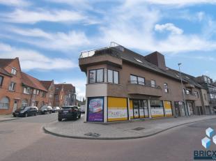 Dit ruime appartement is gelegen op een unieke, centrale ligging nabij het centrum van Rumbeke en slechts op enkele minuten van het centrum van Roesel