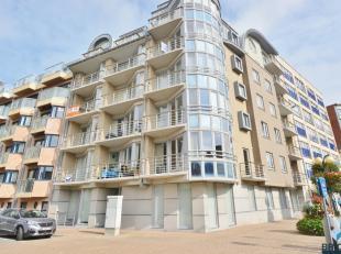 Lichtrijk appartement op sublieme ligging op 50 meter van het strand.<br /> <br /> Het appartement bevindt zich op de eerste verdieping en omvat inkom