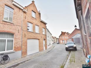 Ruim huis in een rustige straat in de binnenstad van Brugge met grote garage, koertje en balkon. Het huis werd met veel aandacht voor kwalitatief hoog