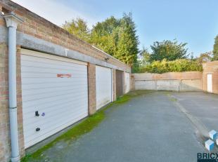 Deze ruime dubbele garage is gelegen te Sint kruis in een garage complex. Zeer toegankelijk.. Momenteel verhuurd voor goede prijs. Zeker een bezoekje