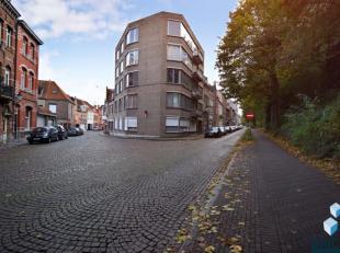 Dit lichtrijk appartement (140m²) in Centrum Brugge, ligt vlakbij station en winkels.<br /> Inkom, gastentoilet, zeer ruime woonkamer, keuken, be