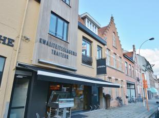 Dit appartement situeert zich in het hartje van Sint-Andries in de directe omgeving van winkels, openbaar vervoer, scholen , etc. Het omvat een aparte