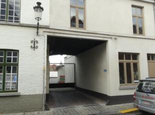 Ruime box gelegen in centrum Brugge nabij de Vesten. De box is gelegen in een afsluitbaar complex en is gemakkelijk in en uit te rijden.
