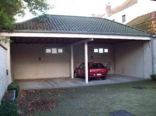 Autostandplaats in de Brugse binnenstad op een gemakkelijk in en uit-rijbaar complex.