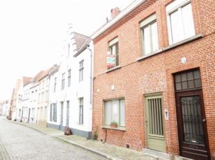 Deze leuke eigendom is gelegen tussen de Brugse Vesten en de Markt. Gezellige living met ruime ing. keuken, 3 slaapkamers, bureau, nieuwe badkamer, wa