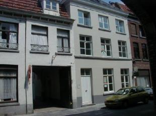 Nabij een van de pittoreske parken in de Brugse binnenstad bevindt zich een instapklaar appartement met twee slaapkamers. Het appartement werd recent
