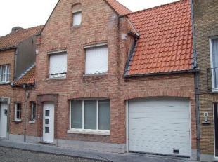 Ruime standplaats gelegen in de binnenstad nabij de Gentpoort. Het complex wordt afgesloten met een poort en kan geopend worden met een afstandsbedien