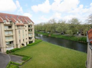 Dit appartement is gelegen net buiten het centrum van Brugge en heeft een vlotte verbinding met de expressweg. Leuke gezellige living, ing. keuken, ba