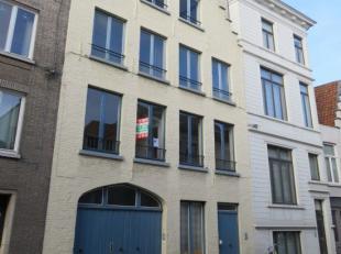 Appartement midden in centrum Brugge bestaande uit inkomhall, living, ingerichte keuken, 1 slaapkamer, badkamer met ligbad/douche en toilet, en zolder