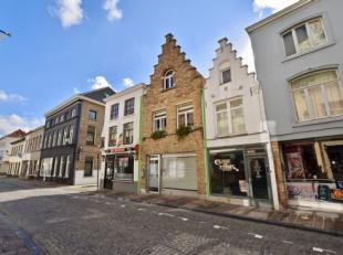 Deze instapklare gezinswoning is gelegen in de bekende Langestraat in het historisch centrum van Stad Brugge. Winkels, restaurants, terrasjes, alles i