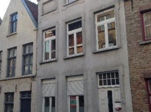 Knus appartement in een toffe buurt nabij tal van faciliteiten, vlakbij de Langestraat en Vismarkt bestaande uit living, ingerichte keuken met toestel