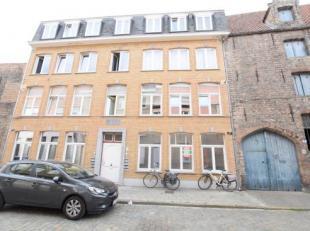 Op 200m van de Grote Markt te Brugge treffen we dit gezellige appartement aan. Het is gelegen in een karaktervolgebouw en voorzien van CV op aardgas.