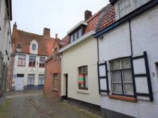 Recente woning bestaande uit living (17m), keuken met elektrische kookplaat en frigo, 1 slaapkamer, badkamer met ligbad, koer.