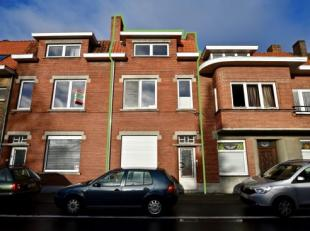 Deze ruime gezinswoning is gelegen in het centrum van Assebroek met in de directe omgeving scholen, winkels, openbaar vervoer,... en bevindt zich op w