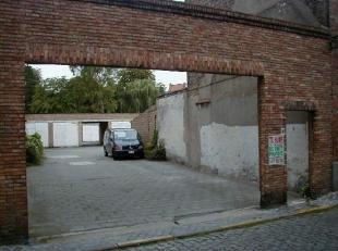 Ruime box gelegen in de Brugse binnenstad voorzien van poort.