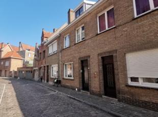Deze woning is gelegen in het centrum van Bruggen in een rustige zijstraat van de binnenring. Er is een inkom met afzonderlijk toilet, ruime living en