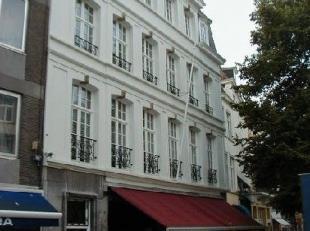 Bij de Stadsschouwburg, op enkele stappen van de Markt, vindt u dit appartementsgebouw. Het ruime appartement op de 2e verdieping bestaat uit een inko
