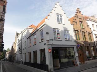 Prachtig lichtrijk nieuwbouwappartement in hartje Brugge nabij het pittoreske Minnewater. Indeling: inkom met plaats voor een vestiaire, gastentoilet,