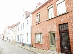 Gelegen in hartje Brugge in een rustige buurt vindt u dze gezellige gerenoveerde woning. Er is een knusse living met ruime ingerichte keuken, 2 slaapk