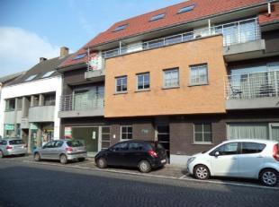 Centraal gelegen duplexappartement in het centrum van Jabbeke. Bestaande uit inkom, toilet, living, uitgeruste keuken, berging, badkamer, douchekamer,