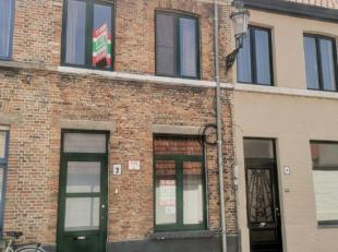 Deze eigendom is gelegen in het centrum van Brugge, nabij het station en het vernieuwde Zand. Gezellige living, keuken, badkamer met douche, 1 slaapka