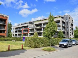 Dit jong (2011) energiezuinig (EPC = 78 kWh/m) appartement is gelegen in het centrum van Assebroek met uitzicht over sportpark Julien Saelens en is ge