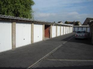 Deze garagebox is gelegen in het centrum van Sint-Kruis. De binnenkoer van het complex beschikt over nachtverlichting.
