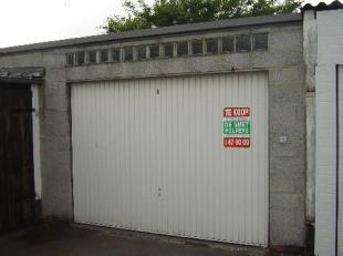 Deze garage is gelegen in het centrum van Sint-Kruis. Ruimte voor 3 autos. (sted. inl. in aanvraag)