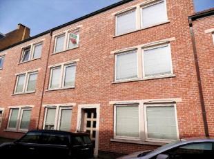 Gezellig en zonnig duplexappartement in het centrum van Brugge. Bestaande uit een living, keuken met berging, 2 ruime slaapkamers, badkamer met douche