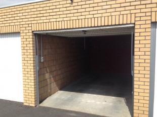Centraal gelegen recente garagebox in de Stampkotstraat, dit is een zijstraat van de Camiel van Den Busschestraat, nabij t Perretje te Assebroek. Inri