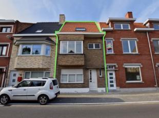 Deze statige en te renoveren woning is gelegen in het centrum van Assebroek met in de directe omgeving scholen, winkels, openbaar vervoer,... en bevin