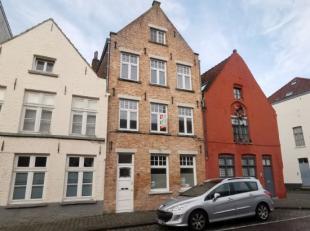 Deze eigendom is gelegen op enkele stappen van t Zand en t station. Er zijn 3 slaapkamers, 2 badkamers, een bureau en een ruime stadskoer met fietsenb