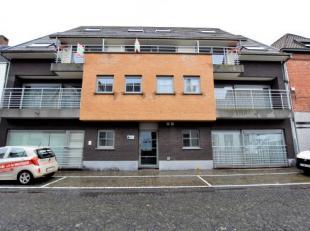 Gelijkvloers appartement bestaande uit inkom, ruime living, ingerichte keuken, berging, badkamer met ligbad, 2 slaapkamers en een koertje. Gelegen in