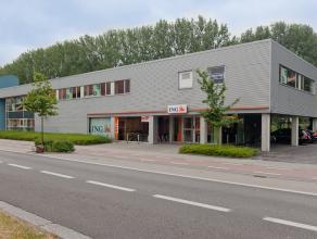 Kantoor op de eerste verdieping, ideaal gelegen op de Baron Ruzettelaan, nabij Brugge en op 4km van E40/E17.<br /> <br /> Mooi zicht op kanaal Brugge