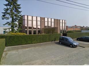 Bedrijfsvastgoed te huur langs N456 te Sleidinge. Het kantoorgebouw is vlot bereikbaar via de R4.<br /> <br /> Oppervlakte:<br />  - 2 verdiepingen va