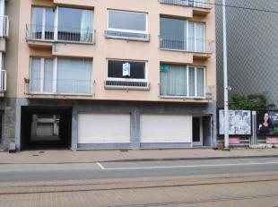 Centraal gelegen handelsgelijkvloers met woonst te Oostduinkerke-Bad. Omvattende winkelruimte ( 59 m²) en appartement met 1 slaapkamer. Tot voor