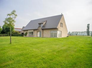Landelijk gelegen villa op 4.450m² Met een goede bereikbaarheid.<br /> Ruime woning met inkomhal, volledig geïnstalleerde keuken, gezellige