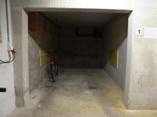 Staanplaats (nr.1) met plaats voor 1 wagen.<br /> <br /> Lengte: 6,00 m<br /> Hoogte: 2,10 m<br /> Breedte poort: 2,20 m<br /> <br /> - Huurprijs: € 7