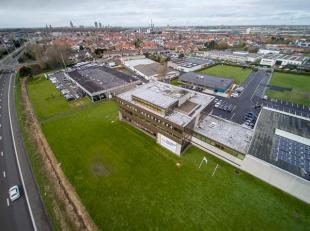 Kantoor op dakverdieping (235m²) met ruim dakterras te huur in de Sunair Building te Oostende. <br /> <br /> Perfecte visibiliteit langs de A10,