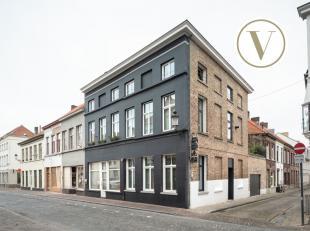 In het historisch centrum van Brugge bevindt zich op de hoek van de Langestraat en de Balsemboomstraat dit uitzonderlijk huis te koop, dat recent met