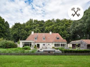 Prestigieuze, door groen omgeven villa beschikt over grote volumes en alle moderne comfort. Dit exclusief huis te koop is gelegen in open perceel in h