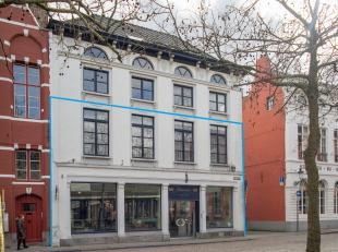 Handelsgelijkvloers en 2 appartementen op zeer goeie commerciële ligging in de gouden driehoek aan de Vismarkt te Brugge.<br /> <br /> Indeling:<