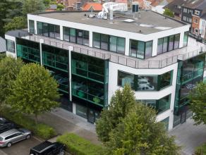 Kantoren (340m²) op de dakverdieping, gelegen op de kruising van de Torhoutse Steenweg en de Expressweg. Vlotte mobiliteit en goede visibiliteit.