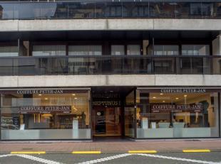Instapklaar handelsgelijkvloers met ruime etalage op 40m van de Lippenslaan en 150m van de Kustlaan.<br /> <br /> INDELING:<br /> Handelsgelijkvloers