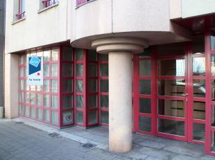 Gerenoveerd kantoor/handelspand te koop gelegen nabij het station van Kortrijk. Het pand heeft een oppervlakte van 78m² en is volledig gerenoveer